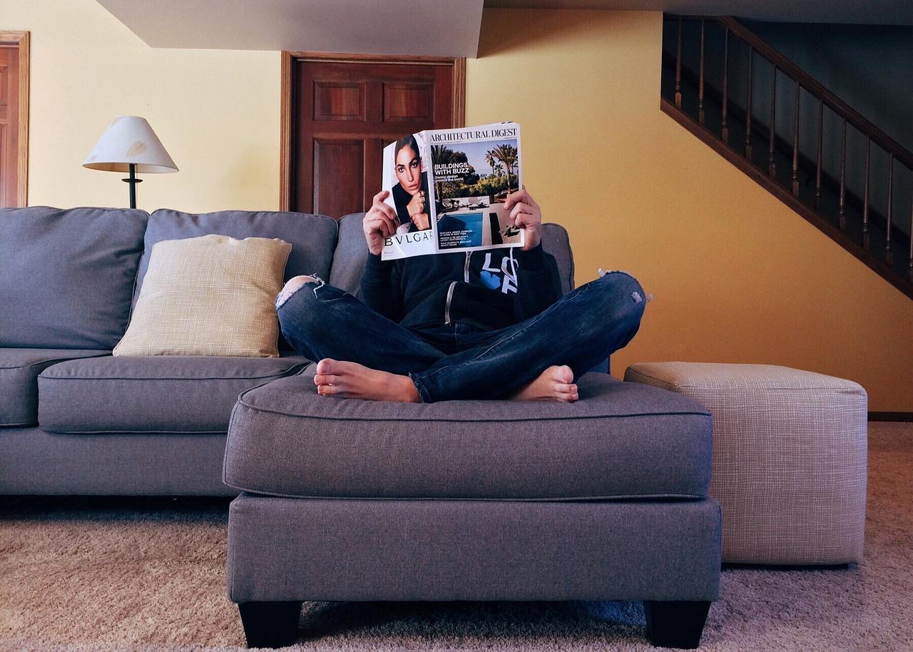 אישה קורא עיתון