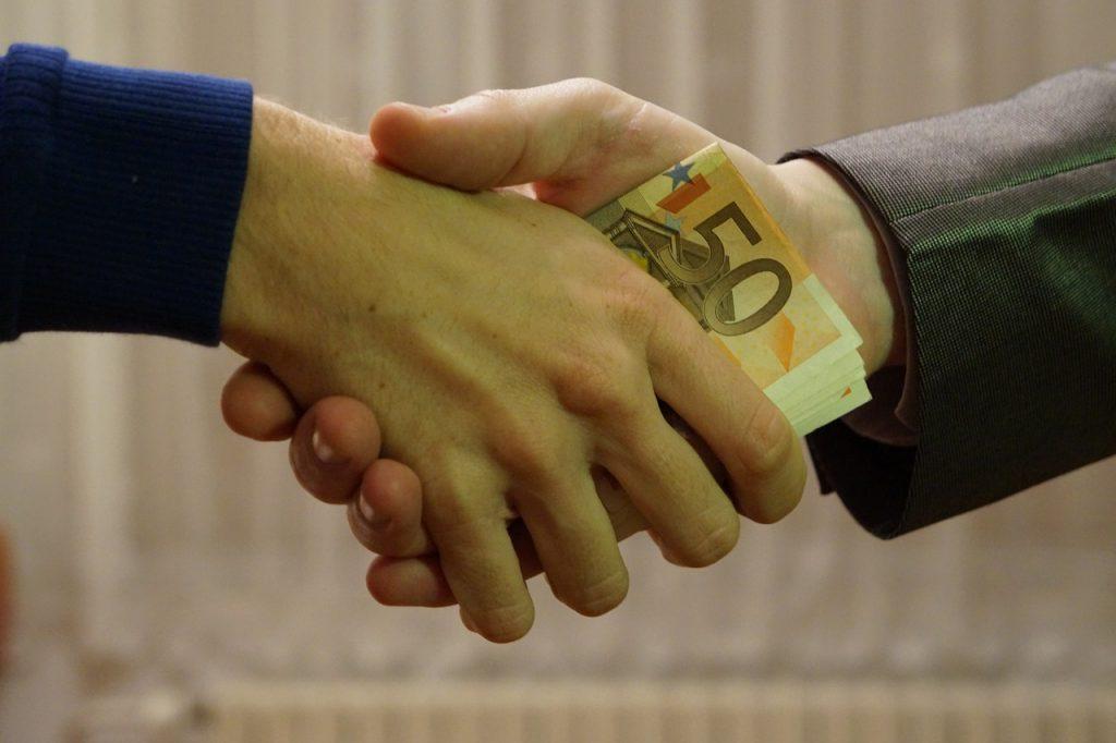 לחיצת יד עם כסף