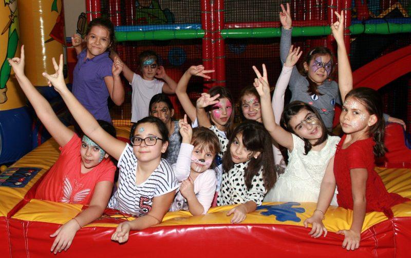 ילדים במסיבת מתנפחים