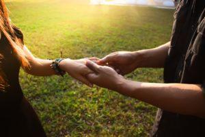 מחזיקים ידיים באהבה
