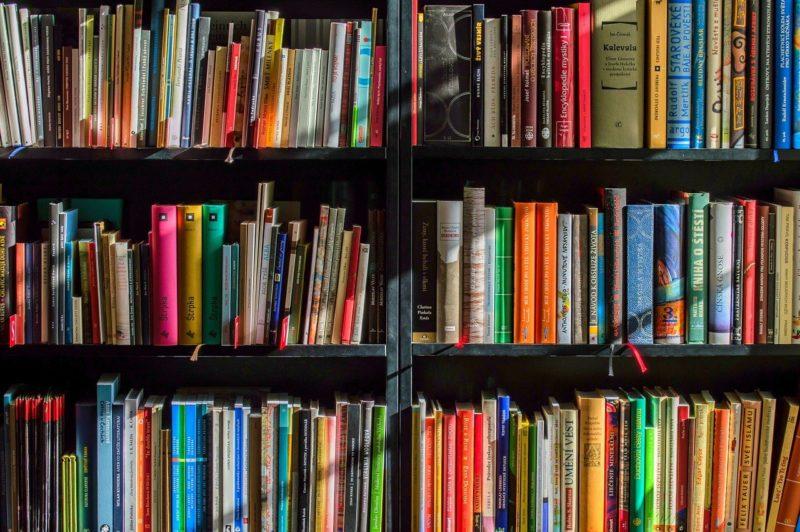 ארון ספרים צבעוניים