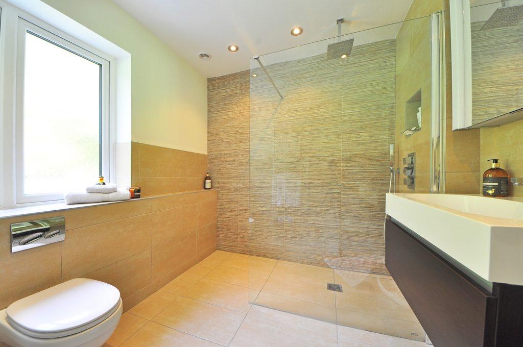 חדר שירותים ומקלחת