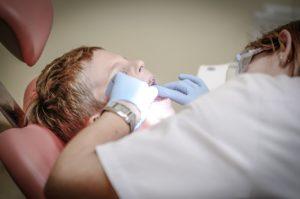 ילד בטיפול שיניים