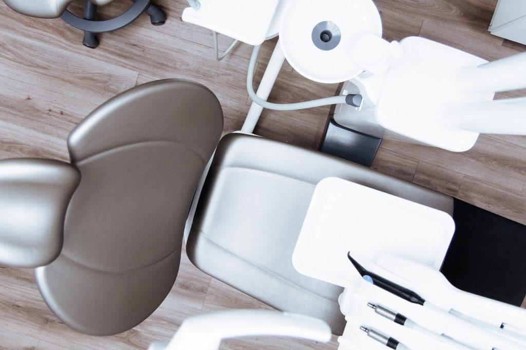 כסא בחדר רופא שיניים