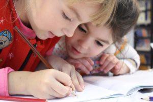 ילדה כותבת